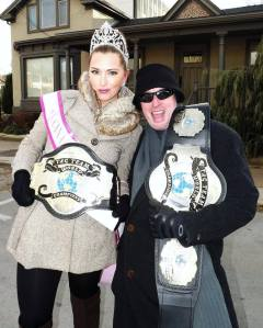 Kate a wrestler? Pageantry's latest accessory trend? Nah.. she's just posing with her new friend. ;)